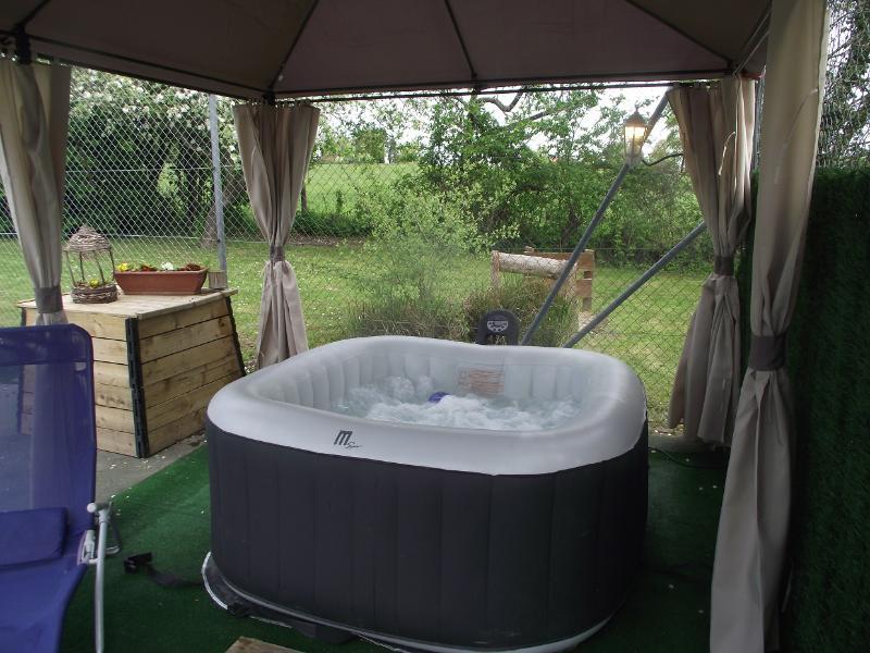 un bain bulles extérieur pour les soirées romantique sous les étoiles