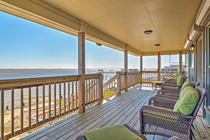 Admire spectacular lake views from both sides of this wonderful New Orleans vacation rental home!