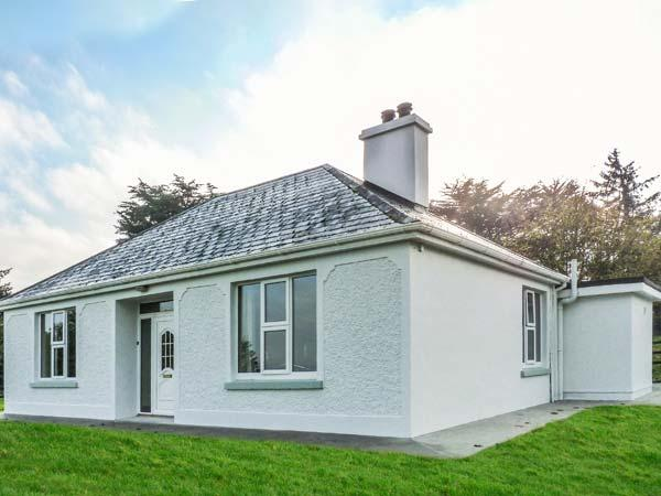 FARM VIEW COTTAGE, detached, open fire, multi-fuel stove, WiFi, private garden, holiday rental in Farranfore