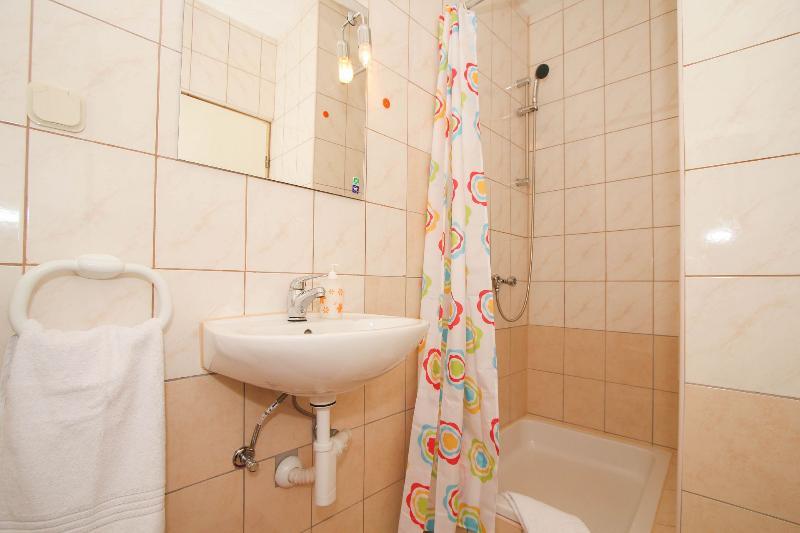 A2 (4): badkamer met toilet