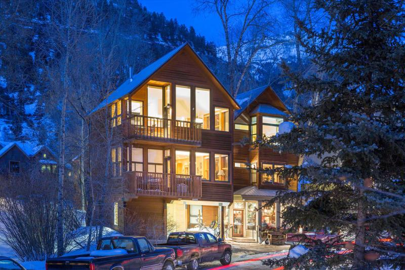 Powder Daze at Cornet Creek boasts gorgeous views all around, not to mention an incredibly convenient location.