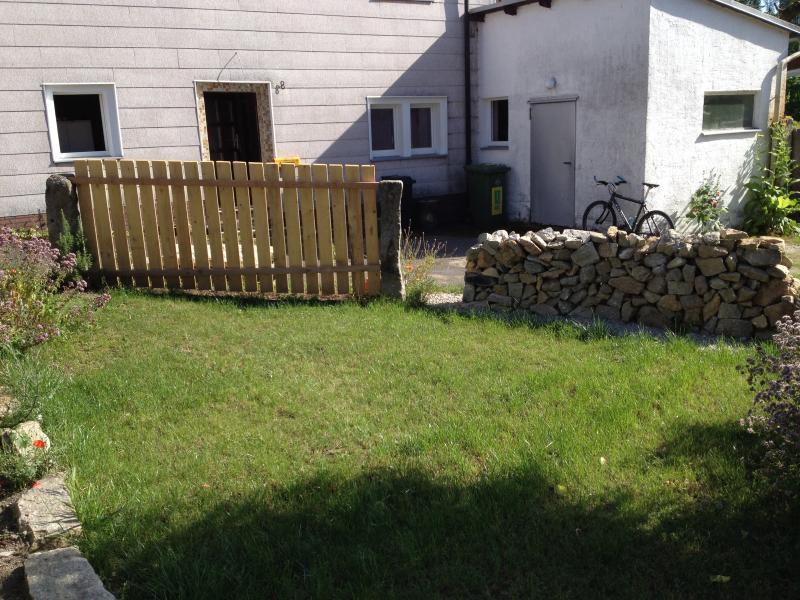 Blick zum Häuschen mit dem kleinen Garten