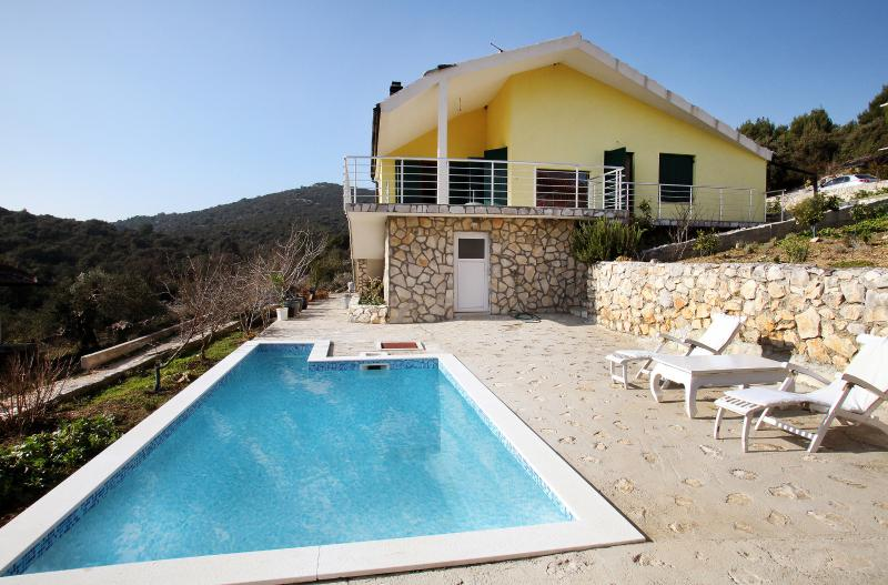 3 Bedroom Villa with Heated Pool, 35% off All 2021 Dates, vacation rental in Vinisce