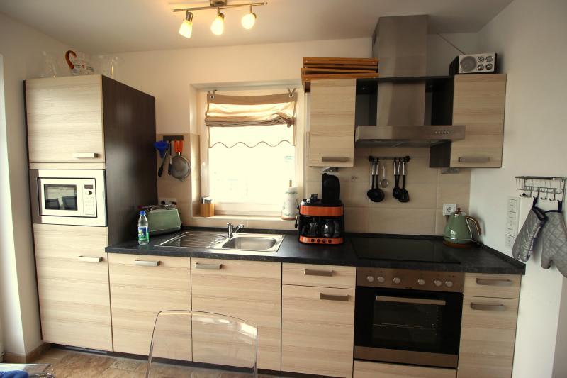 Mikrowelle, Backofen, Kaffeemaschine, Toaster, Warmwasserbereiter, Kühlschrank, Geschirrspülmaschine