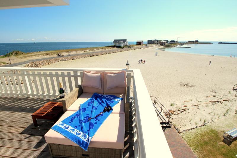 Blick von der Dachterrasse auf den Strand
