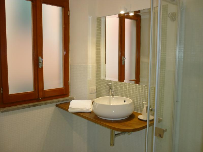 The total renovation is over: here is the new bathroom.