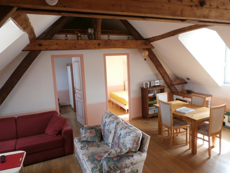 Gîte du premier étage : vue d'ensemble avec le séjour et les 2 chambres au fond
