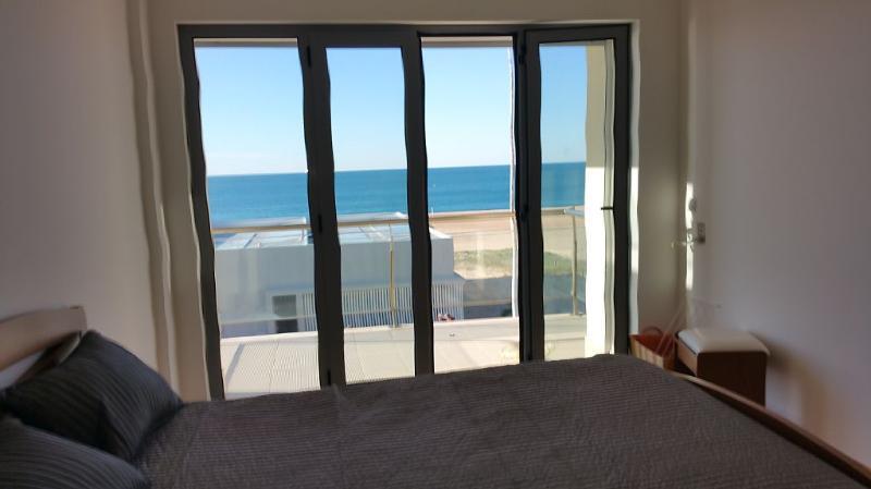 2º quarto com varanda vista para o mar. em frente é um spa construido na praia