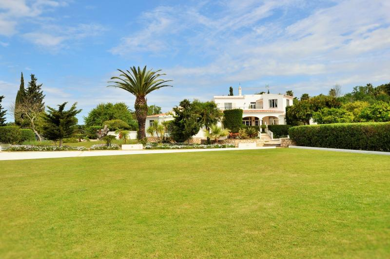 Stunning Beachcomber villa on 2 acres beautiful garden, 1 km from Lagos centre and Meia Praia beach.