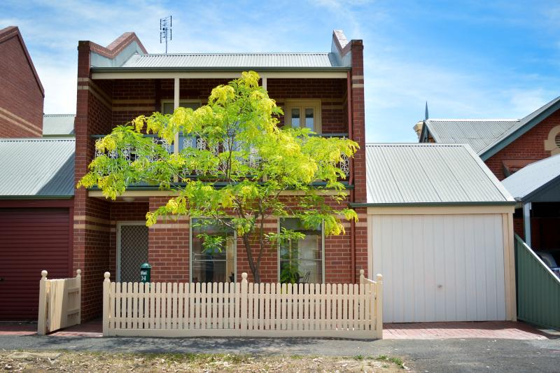 Location!  Location!  Great Townhouse very close to the CBD