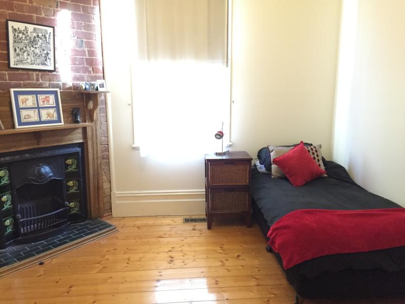 Single room for females in lovely home, casa vacanza a Tullamarine