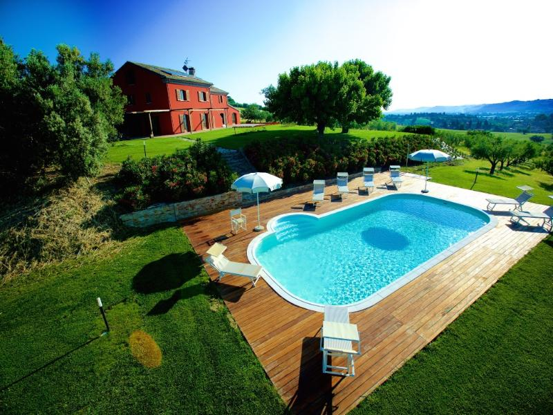 villa con piscina e puttin green a min.15 dal mare, holiday rental in Castel Colonna