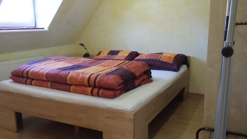 Doppelbett in Komforthöhe (50cm) incl. Bettwäsche
