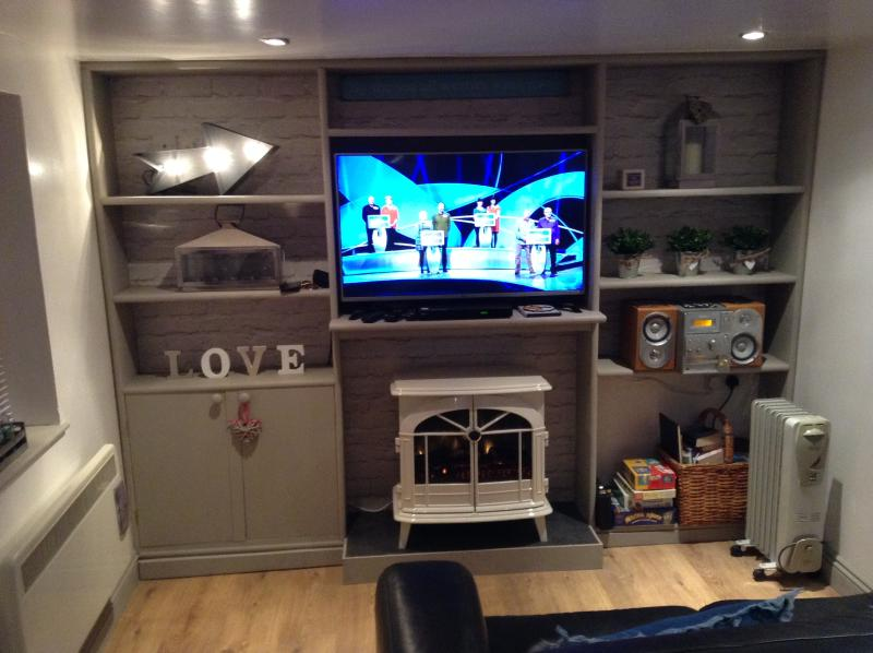 cute & cosy lounge with 43' TV, DVD and electric lookalike wood burning stove.