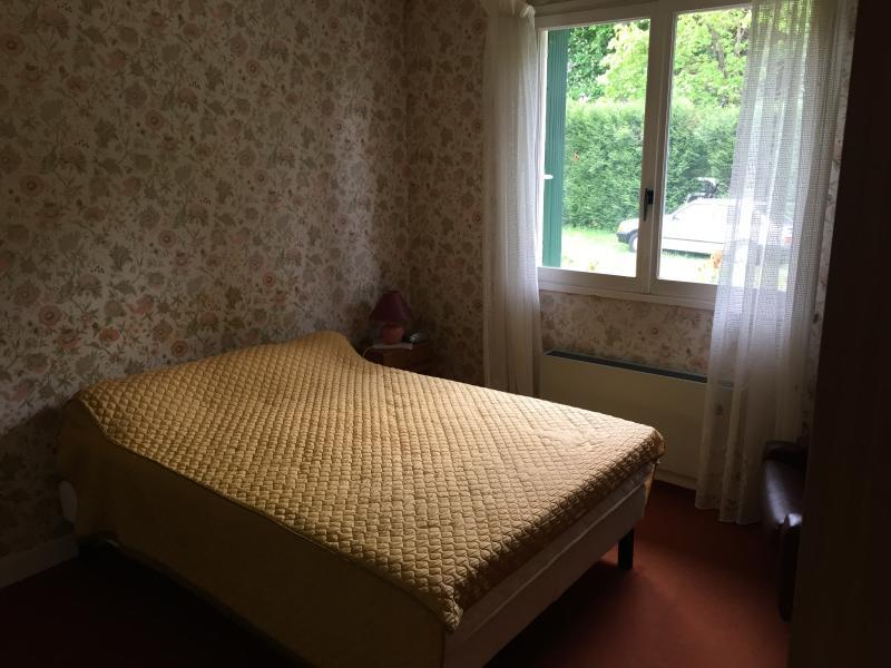 Chambre avec grand lit.
