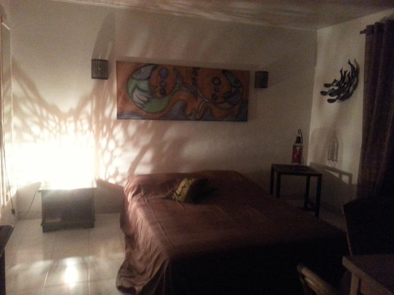 canapé lit double dans le salon appartement PAPAY