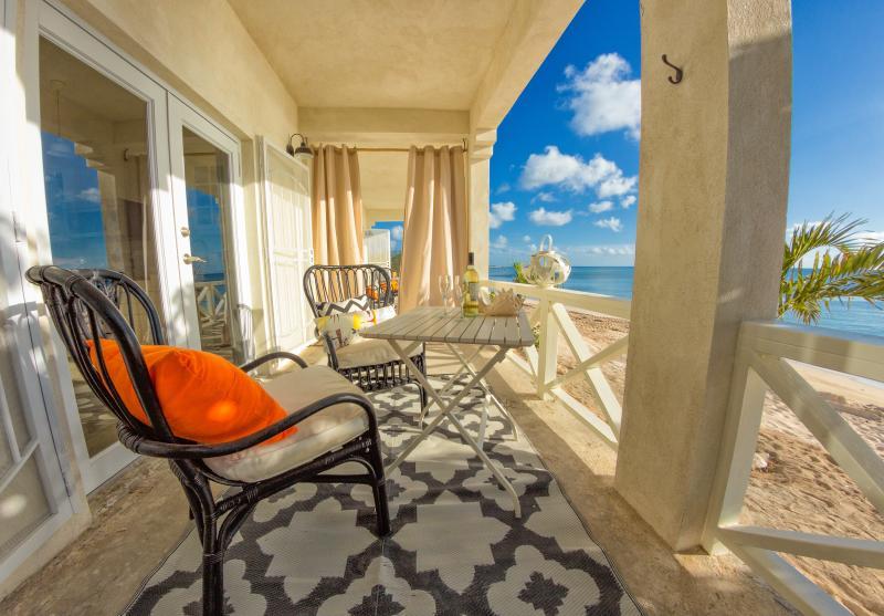 Scherm veranda met uitzicht op de Caribische zee. Speciale zonsondergangen. W / BBQ.