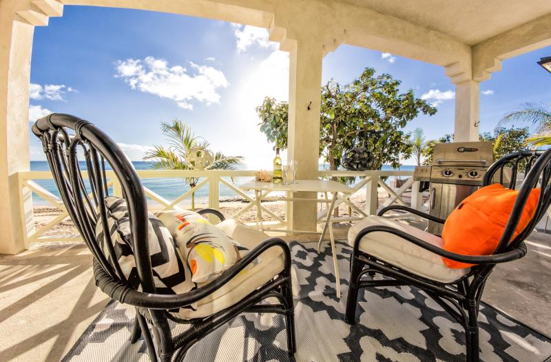 Scherm veranda met uitzicht op de Caribische zee. Speciale zonsondergangen. W / BBQ
