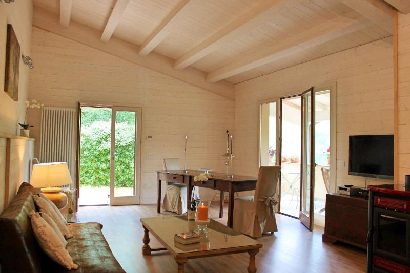 Beautiful loft with panoramic terrace and pool, vacation rental in Spoleto