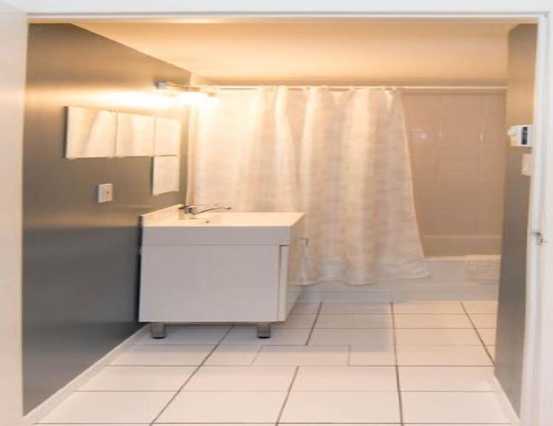 Bathroom/Salle de bains