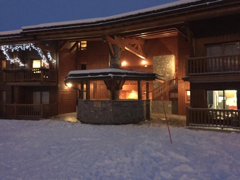 Entrée de l'immeuble situé sur les pistes de ski