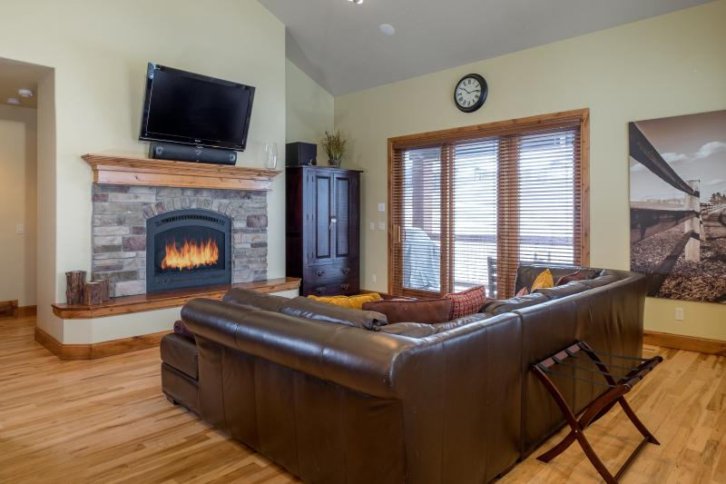 Family room: oversized windows give view to the stunning mountain ranges. HDTV, stone fireplace, ste