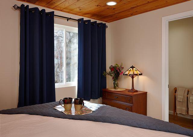 Master slaapkamer met eigen badkamer.