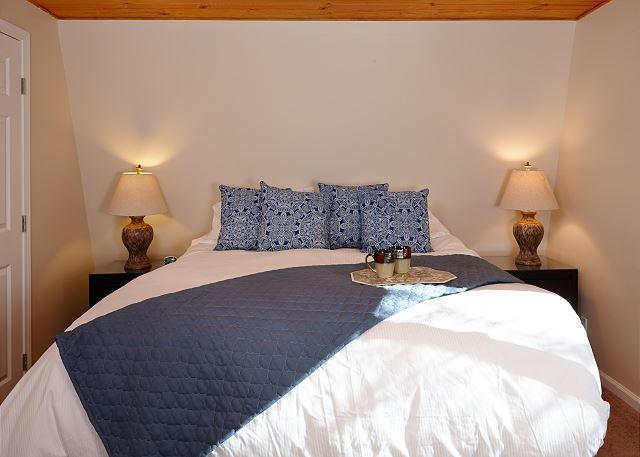 Master slaapkamer met een kingsize bed.