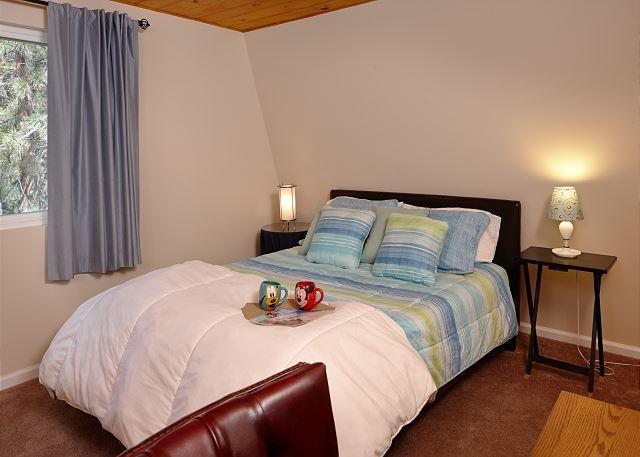 Slaapkamer 2 met een queen size bed.