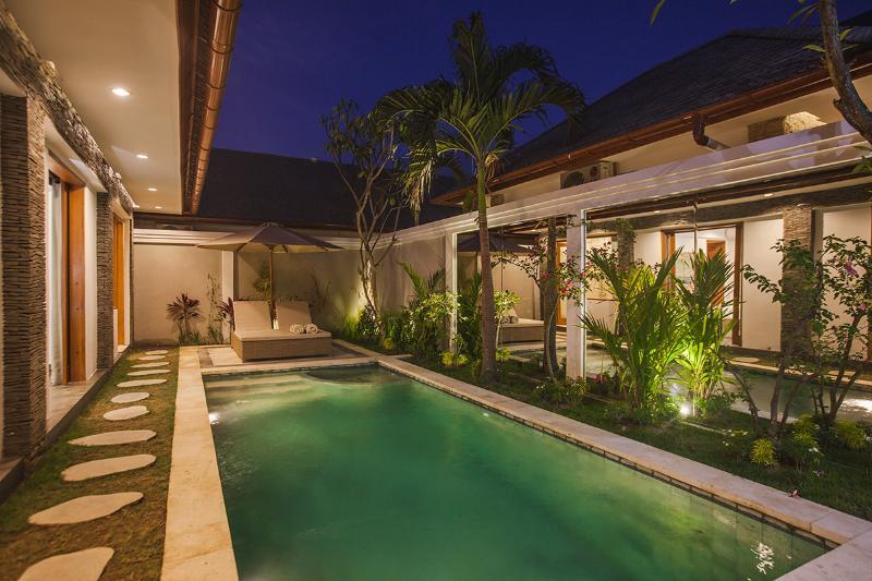 Villa de bambú piscina noche foto