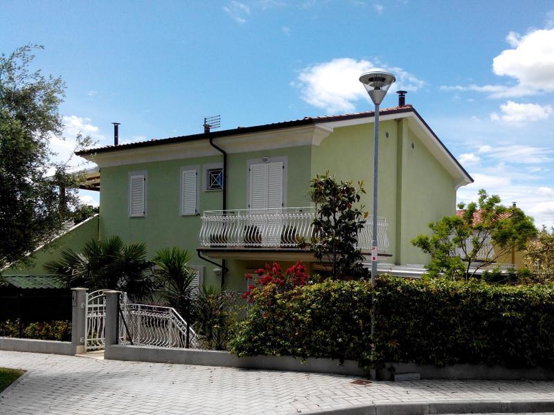 Appartamento in Villetta con Giardino 150 mt Mare, holiday rental in Province of Ancona