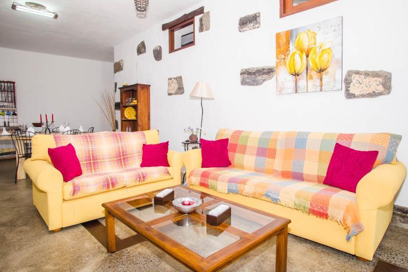 Apartamento Rural LOS 4 NOBLES, (La Costa-Tinajo), holiday rental in Tinajo