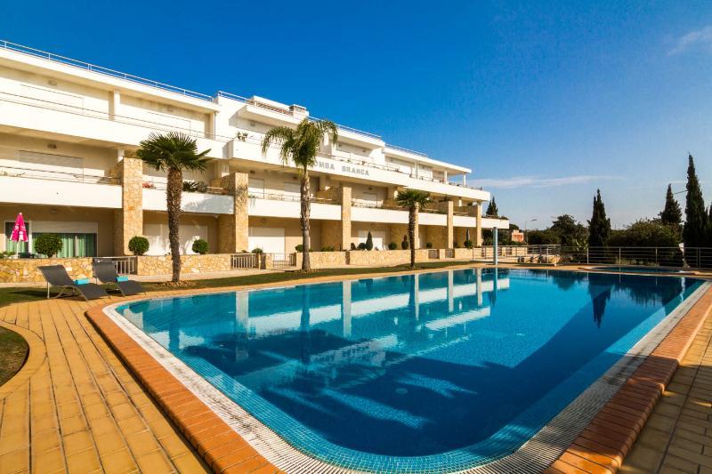 Beautiful Apartment Near Olhos De Água Beach, holiday rental in Albufeira