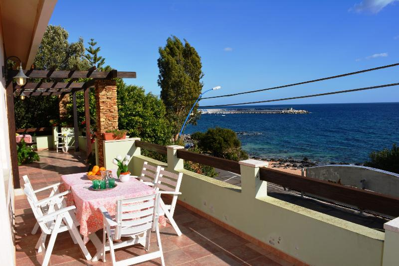 VILLA PALMASERA: villa sul lungomare con spettacolare vista, 12 persone, holiday rental in Cala Gonone