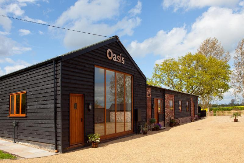 Oasis Barn, Suffolk. Four barns in one building for upto 12 people, holiday rental in Halesworth