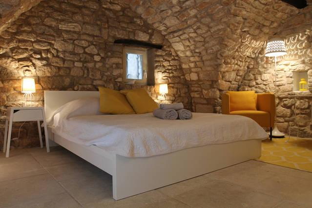 Charming independent bedroom 18th, vacation rental in Bonnieux