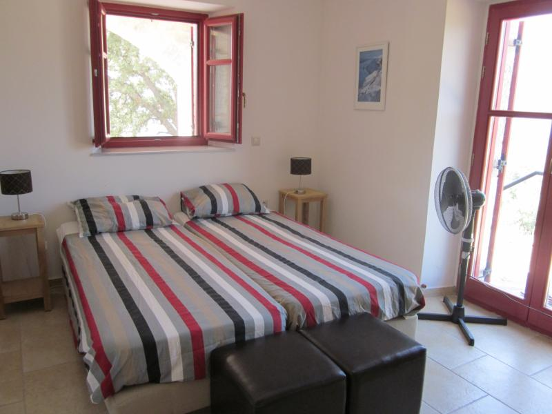 This room is nowadays equiped with an inverter air conditioning. The second bedroom has also airco.