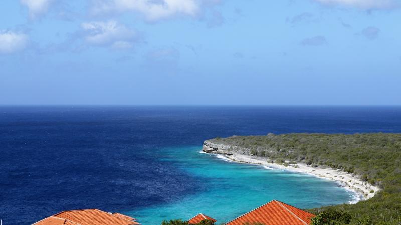De turquoise blauwe zee.