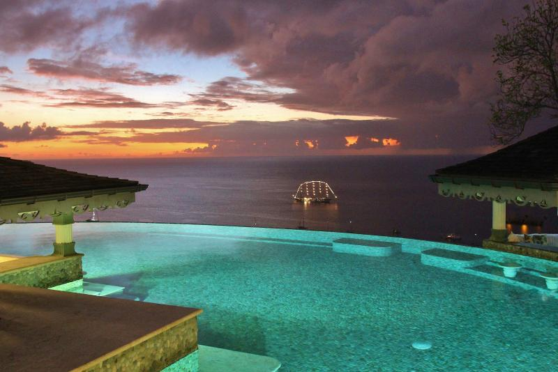 The Worlds largest sailing ship on the edge of the Infinity Pool. Simply breathatking