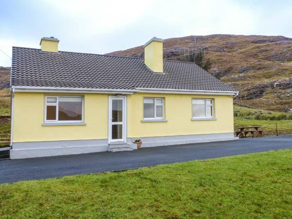 LOUGH FEE COTTAGE, solid fuel stoves, Sky TV ground floor, near Tully, Ref, vacation rental in Louisburgh
