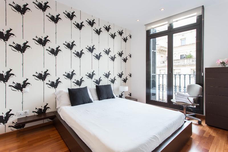 Camera da letto con letto matrimoniale e grandi armadi. sono forniti lenzuola, coperte e asciugamani.