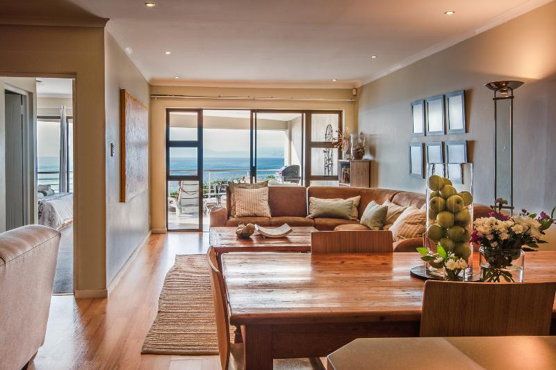 The Lookout at Whale Cove: 3-bedroom apartment with magnificent sea views, casa vacanza a Overstrand