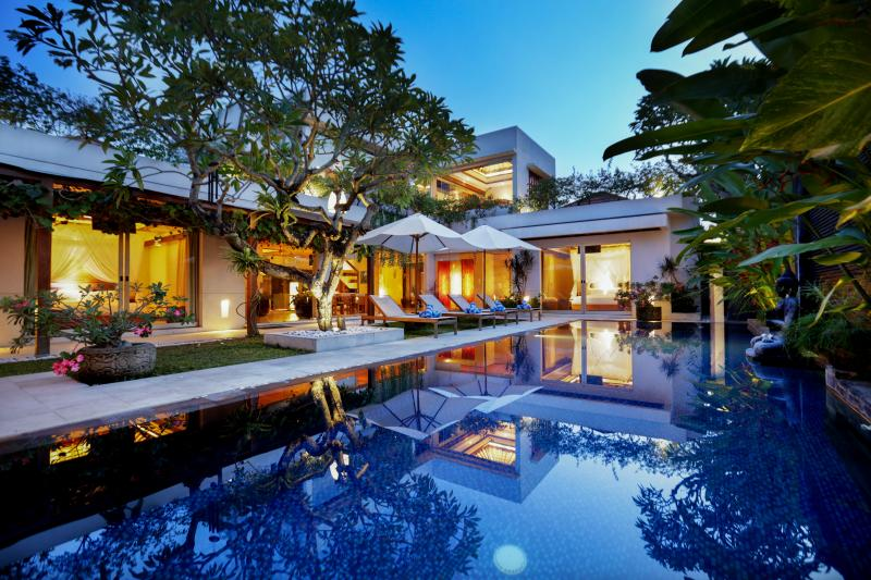 SLEEPS 16+, LUXURY JIMBARAN VILLA BY THE BEACH!, vacation rental in South Kuta