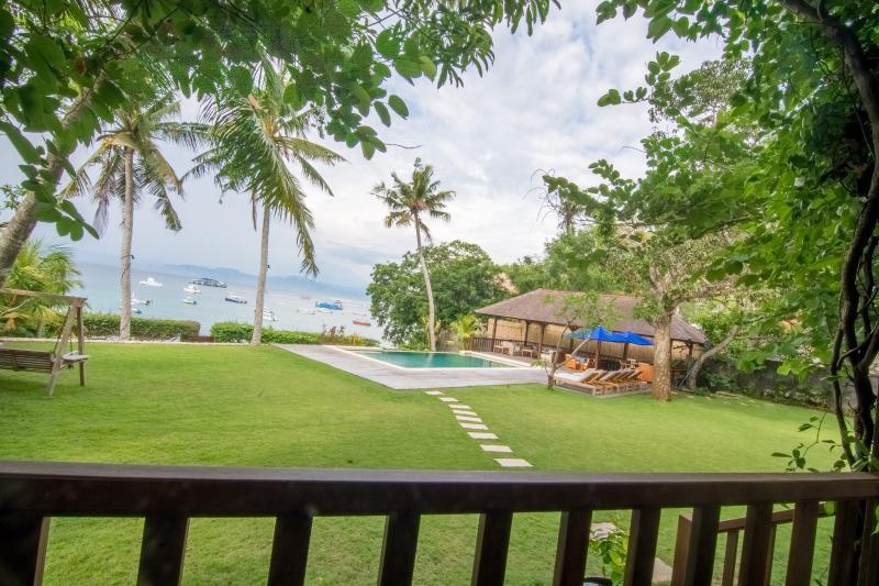 Desde la cubierta de la casa mirando a la piscina y jugar al descanso motivos de surf está a la derecha.