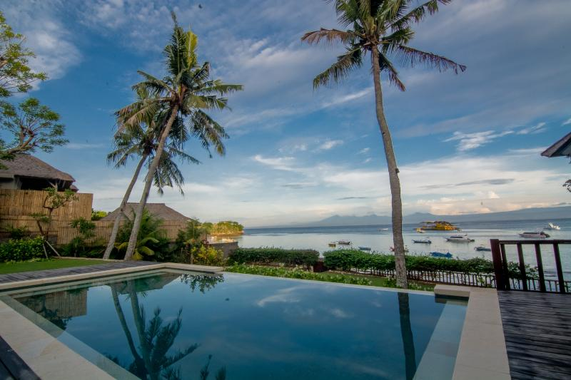 Jipsi Beach House Beautiful 4 Bedroom Beachfront Villa, vacation rental in Ped