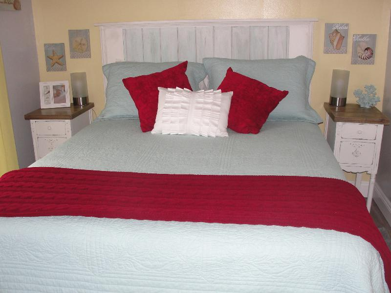 Luxurious Queen size bed with 500 thread count bedding!  Romantic mood lighting!