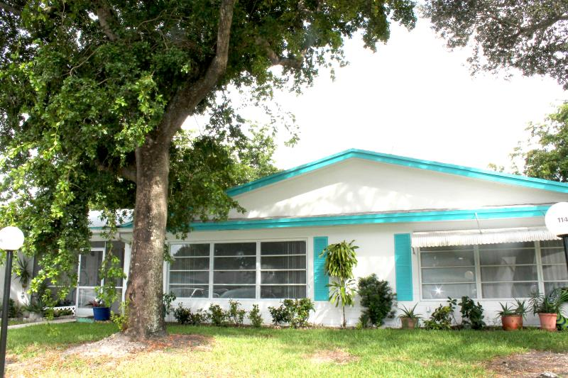 Beautiful Sunny Front Villa on canal  / Steet level, aluguéis de temporada em Lauderhill