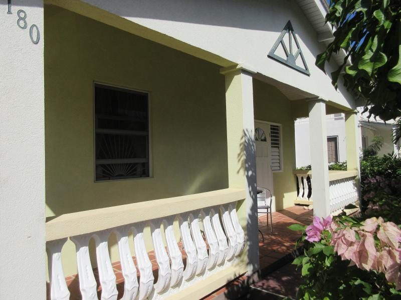 Wonderful 3 bedroom villa 5 minutes walk from Heywoods beach, nr Speightstown, location de vacances à Speightstown