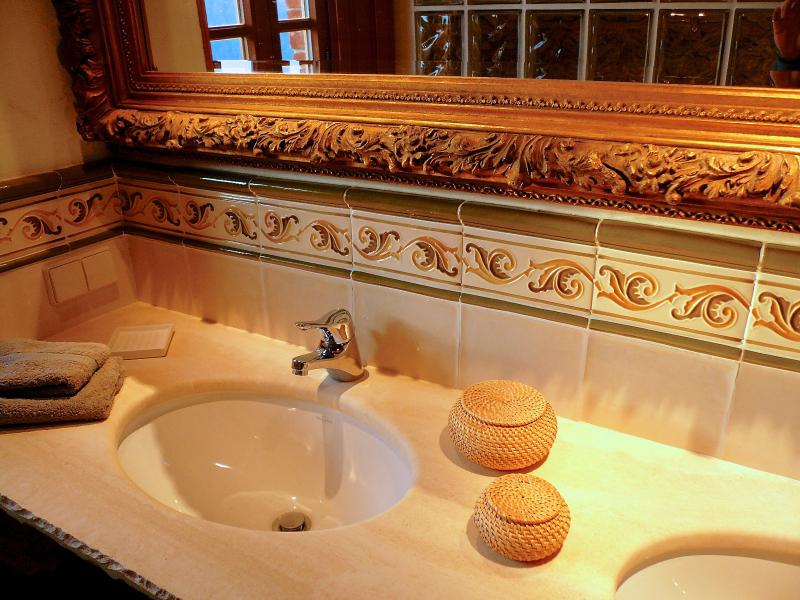 Badezimmer Travertinwaschtisch - Bath room with travertine washstand