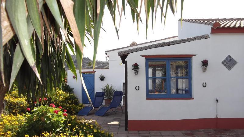 Cottage Estilo Privada Apartamento com Jacuzzi e Gazebo. portão privada que conduz à 8' x 4' pool.